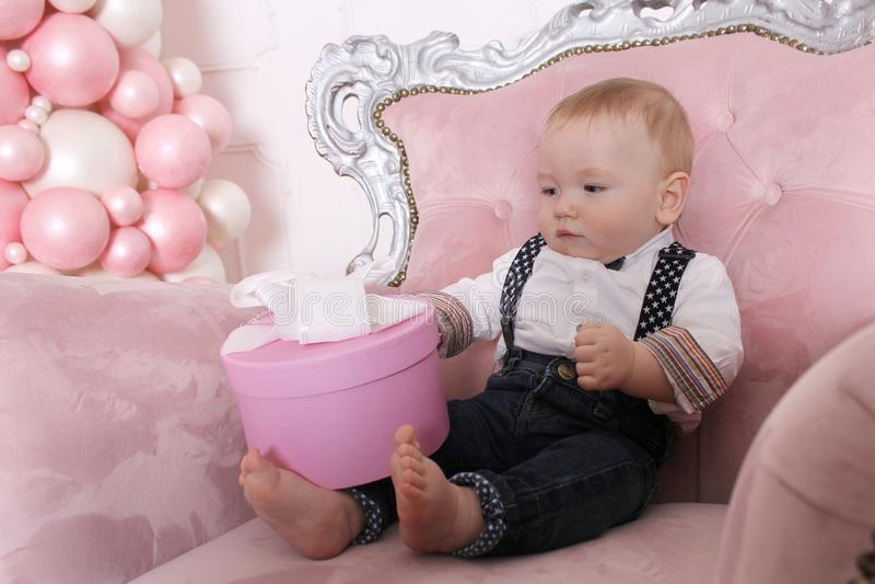 Concepto del ` s del Año Nuevo de la familia Un bebé lindo se está colocando en una silla imágenes de archivo libres de regalías