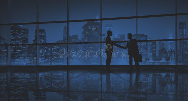Concepto del saludo del apretón de manos del negocio del trato de los hombres de negocios imágenes de archivo libres de regalías