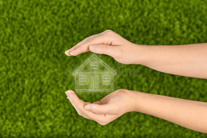 Concepto del seguro de propiedad y de la seguridad, casa de protección imagen de archivo libre de regalías