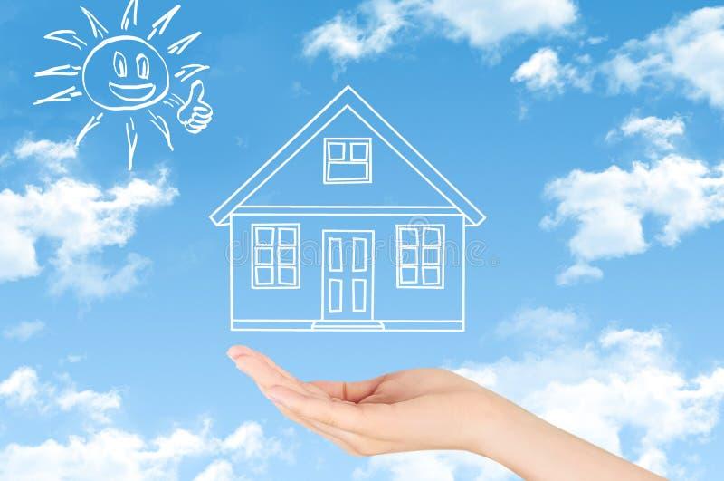 Concepto del seguro de propiedad y de la seguridad, seguro de la vida familiar, familia de protección, conceptos de familia imágenes de archivo libres de regalías