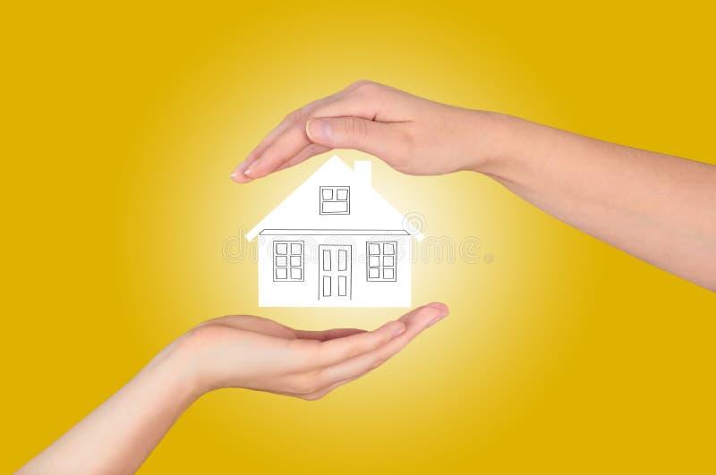 Concepto del seguro de propiedad y de la seguridad, seguro de la vida familiar, protegiendo foto de archivo libre de regalías