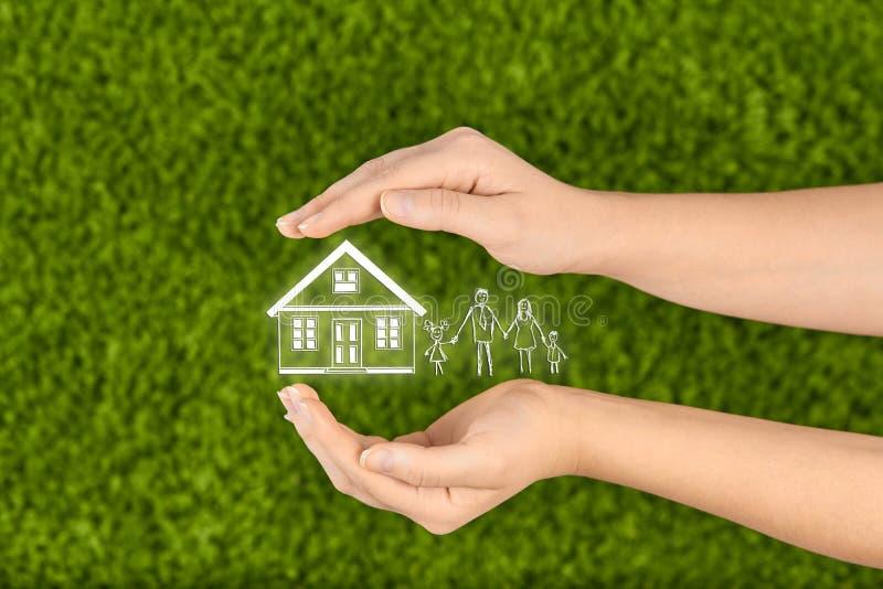 Concepto del seguro de propiedad y de la seguridad, seguro de la vida familiar, protegiendo imagen de archivo libre de regalías