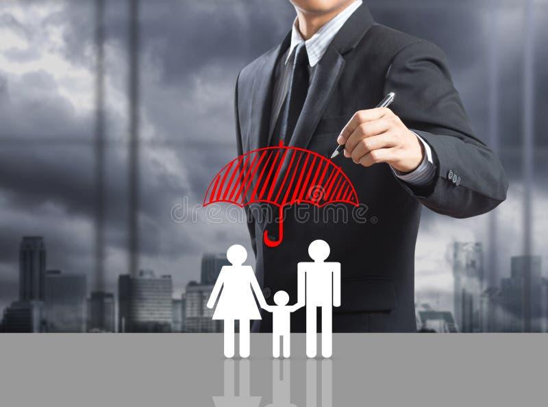 Concepto del seguro del dibujo del hombre de negocios foto de archivo libre de regalías