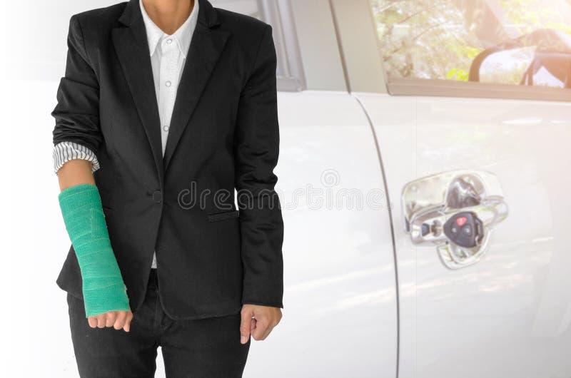 concepto del seguro, empresaria herida con el verde echado a mano fotografía de archivo libre de regalías