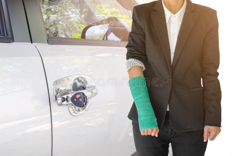 concepto del seguro, empresaria herida con el verde echado a mano foto de archivo