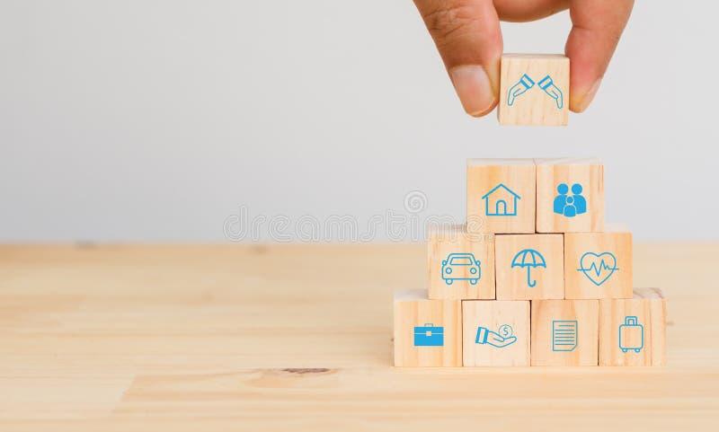 Concepto del seguro, intento del hombre de la mano para poner el seguro para proteger o para cubrir a la persona, propiedad, resp imágenes de archivo libres de regalías