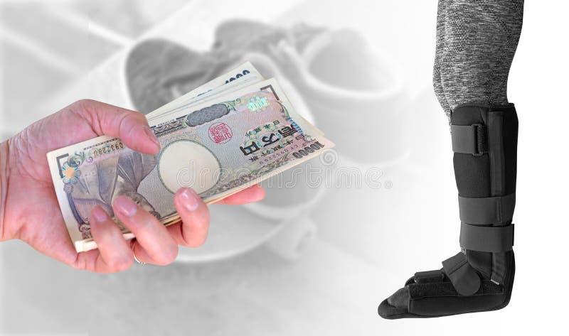 Concepto del seguro, mujer de la mano del primer con los yenes japoneses de la moneda imagen de archivo libre de regalías