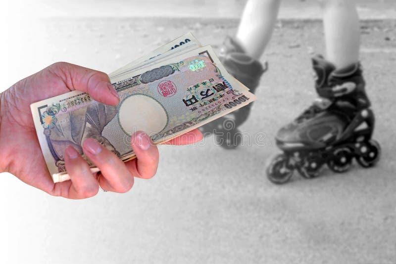 Concepto del seguro, mujer de la mano del primer con los yenes japoneses de la moneda imagen de archivo
