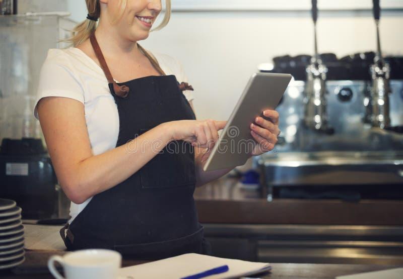 Concepto del servicio de Barista Cafe Coffee Preparation fotografía de archivo libre de regalías