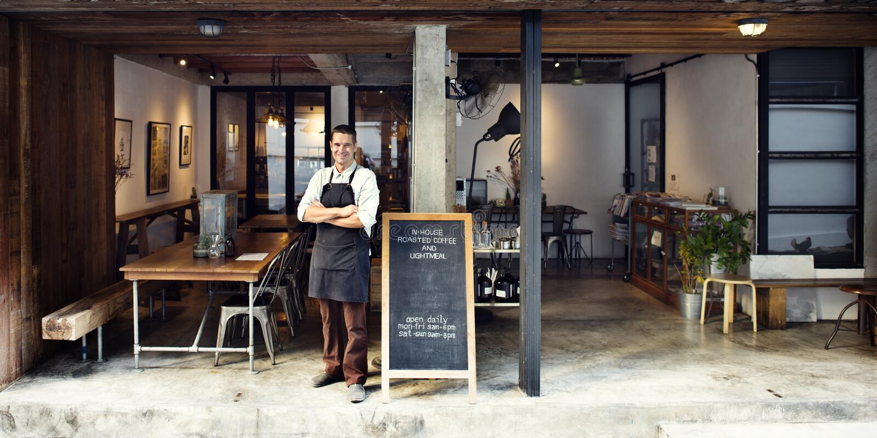 Concepto del servicio del dueño del café de la cafetería foto de archivo libre de regalías