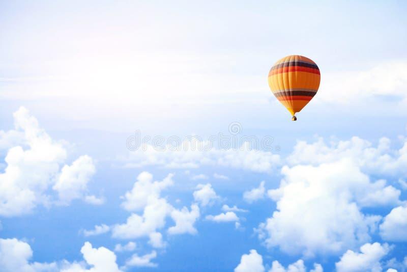 Concepto del sueño o del viaje, mosca en el cielo en el globo del aire caliente fotos de archivo libres de regalías