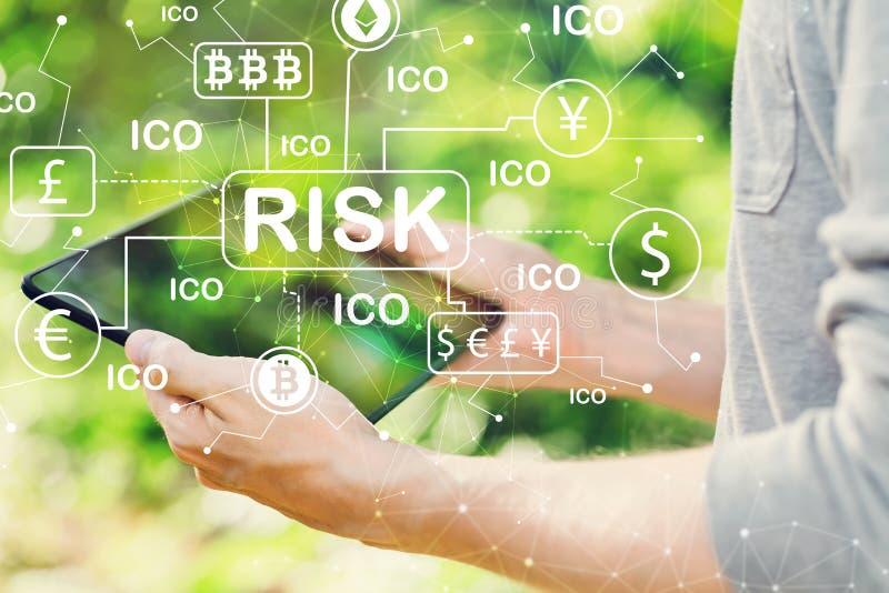 Concepto del tema del riesgo de Cryptocurrency ICO con el hombre que sostiene su tabla imágenes de archivo libres de regalías