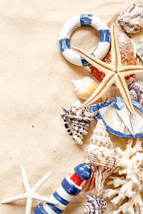 Concepto del tiempo de verano con las cáscaras y las estrellas de mar del mar en la arena fotos de archivo