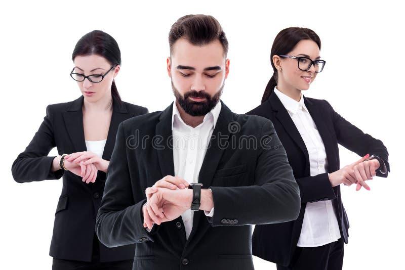 Concepto del tiempo - retrato de los hombres de negocios jovenes que comprueban tiempo en los relojes aislados en blanco fotografía de archivo libre de regalías