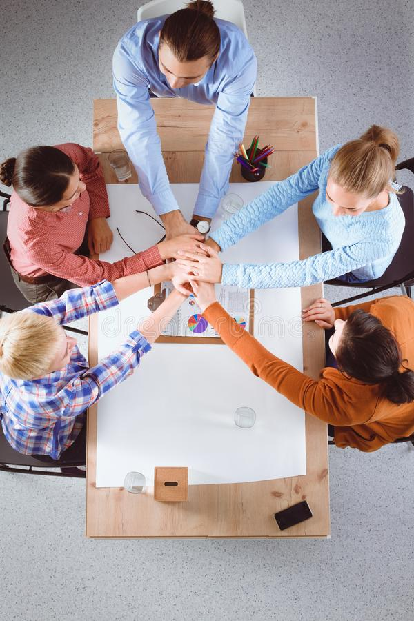 Concepto del trabajo de las personas Hombres de negocios que ensamblan las manos imagen de archivo