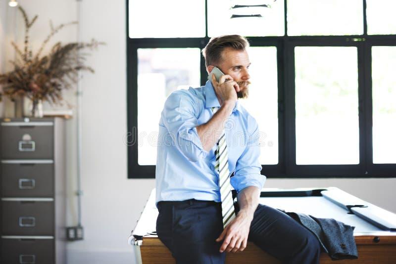 Concepto del trabajo de Phone Boss Calling del hombre de negocios foto de archivo