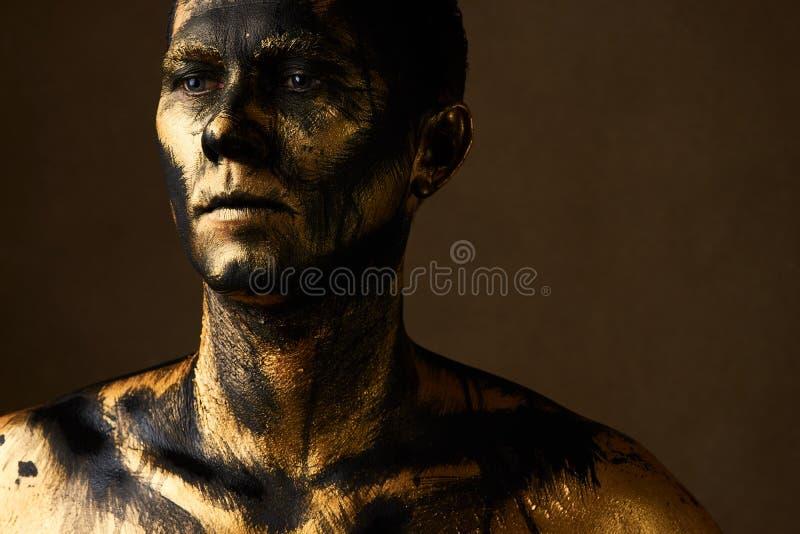Concepto del trabajo duro Minero del carbón y de oro, trabajador sucio contra dar imagenes de archivo