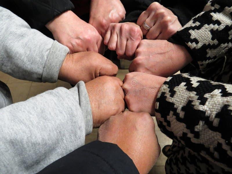 Concepto del trabajo en equipo, negocio Team Standing With Hands Joined junto bajo la forma de puño en el acuerdo foto de archivo libre de regalías