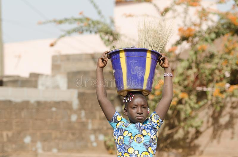 Concepto del trabajo infantil - pequeña muchacha africana que trabaja para su Famil fotos de archivo libres de regalías