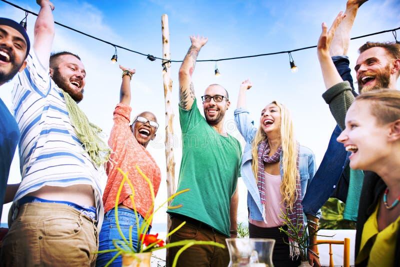 Concepto del verano de la felicidad de la amistad de la cena del partido de la playa fotos de archivo libres de regalías