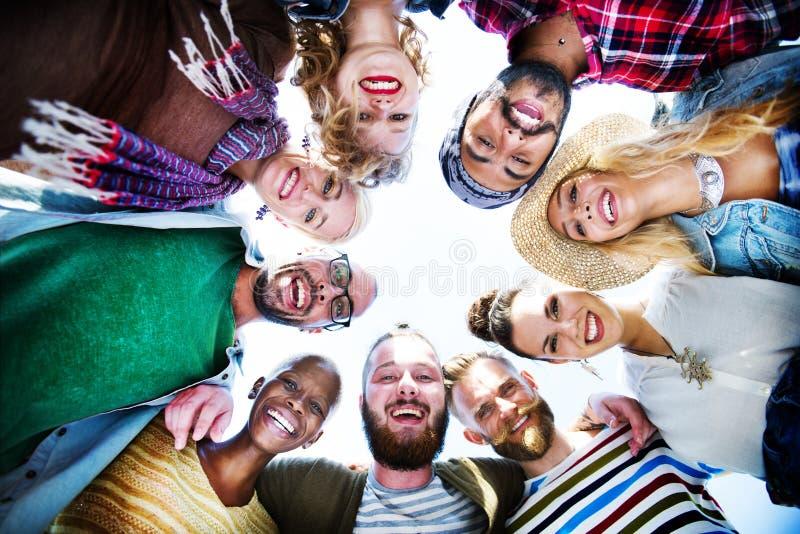 Concepto del verano de la playa de la felicidad del grupo de la amistad imagen de archivo libre de regalías