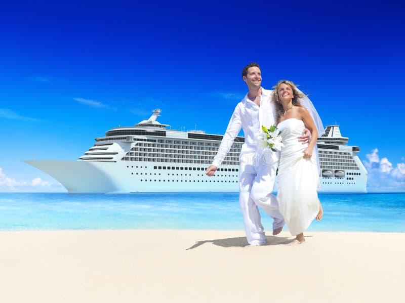 Concepto del verano de la playa de la luna de miel de los pares de la boda fotografía de archivo libre de regalías