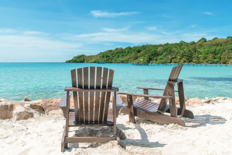 Concepto del verano, del viaje, de las vacaciones y del día de fiesta - silla de playa en el th imagen de archivo libre de regalías