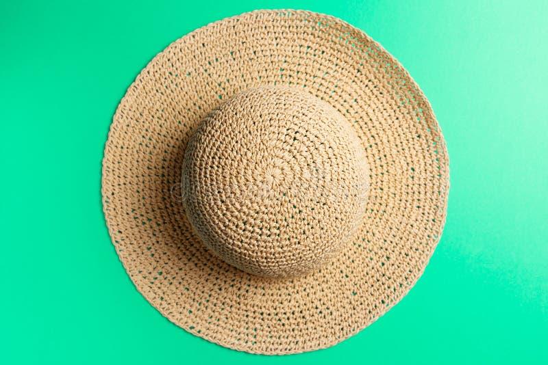 Concepto del verano Sombrero trenzado en fondo de la menta imagenes de archivo