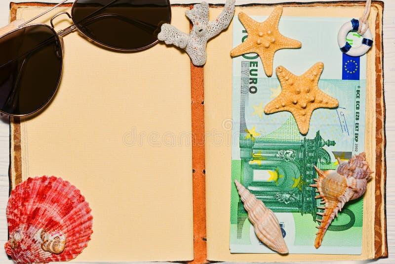 Concepto del viaje con el dinero euro y el sketchbook en blanco fotos de archivo
