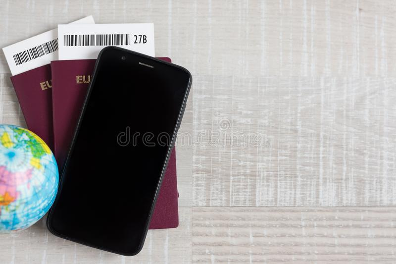 Concepto del viaje y de las vacaciones - cierre para arriba de pasaportes, de boletos, del pequeño globo, del teléfono elegante y fotos de archivo