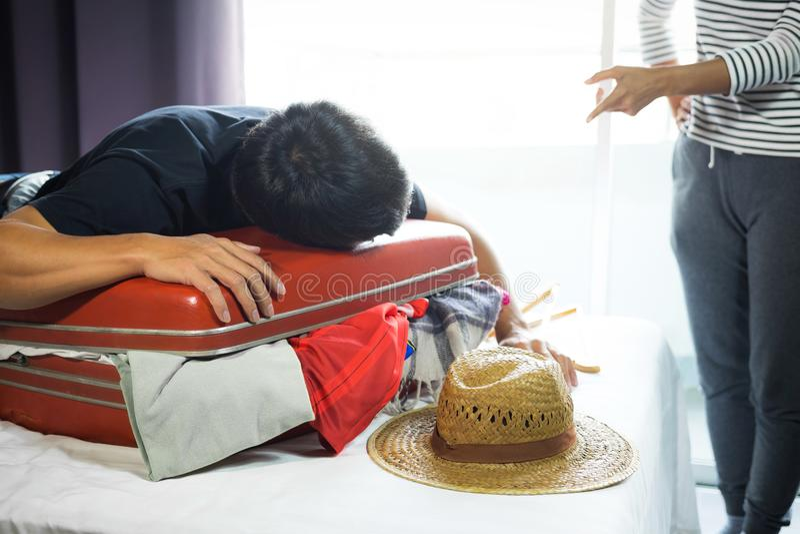 Concepto del viaje y de las vacaciones, hombre joven de la felicidad que embala mucho o fotos de archivo libres de regalías