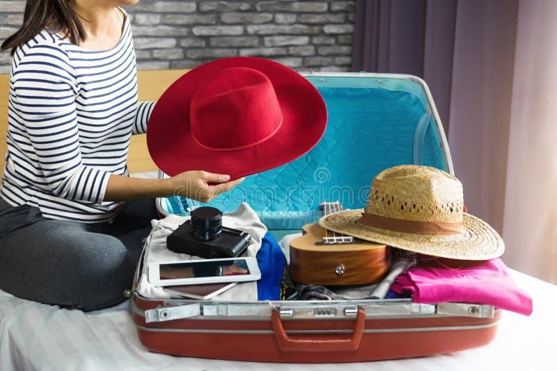 Concepto del viaje y de las vacaciones, mujer joven de la felicidad que embala mucho imágenes de archivo libres de regalías