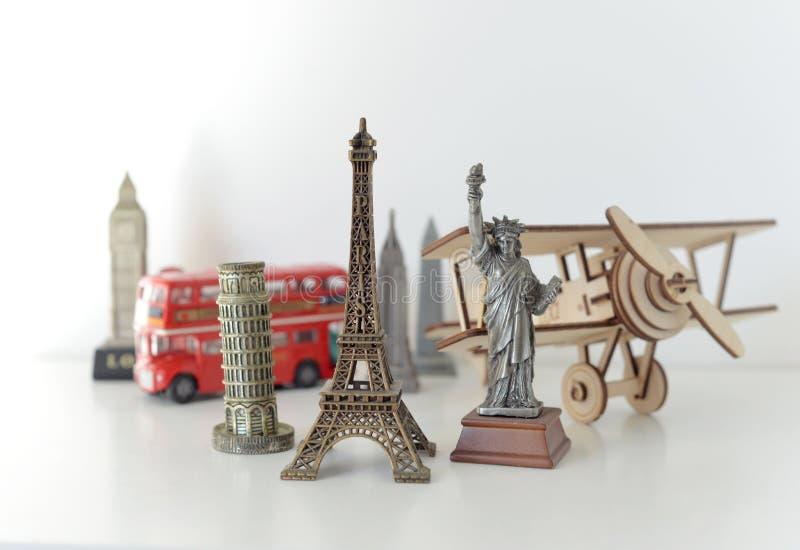 Concepto del viaje y del turismo con los recuerdos de todo el mundo fotos de archivo libres de regalías