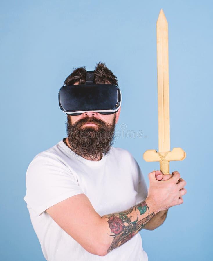 Concepto del videojugador El inconformista en cara seria disfruta del juego del juego en realidad virtual El individuo con la exh imagen de archivo libre de regalías