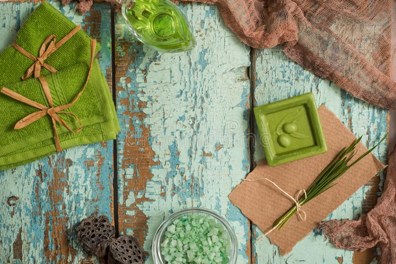 Concepto del vintage de balneario verde Jabón hecho a mano verde oliva, toallas verdes, sal del mar y un peine de madera para el  imagen de archivo libre de regalías