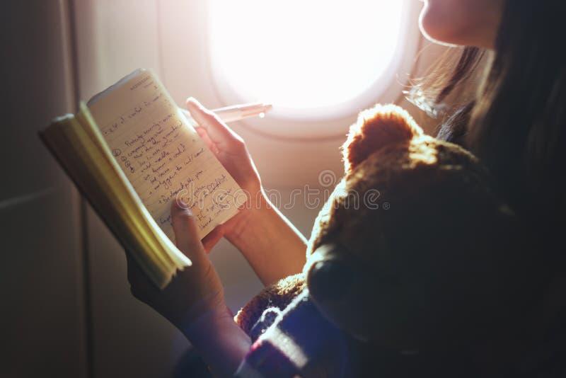 Concepto del vuelo del avión del libro de lectura de la mujer imagenes de archivo