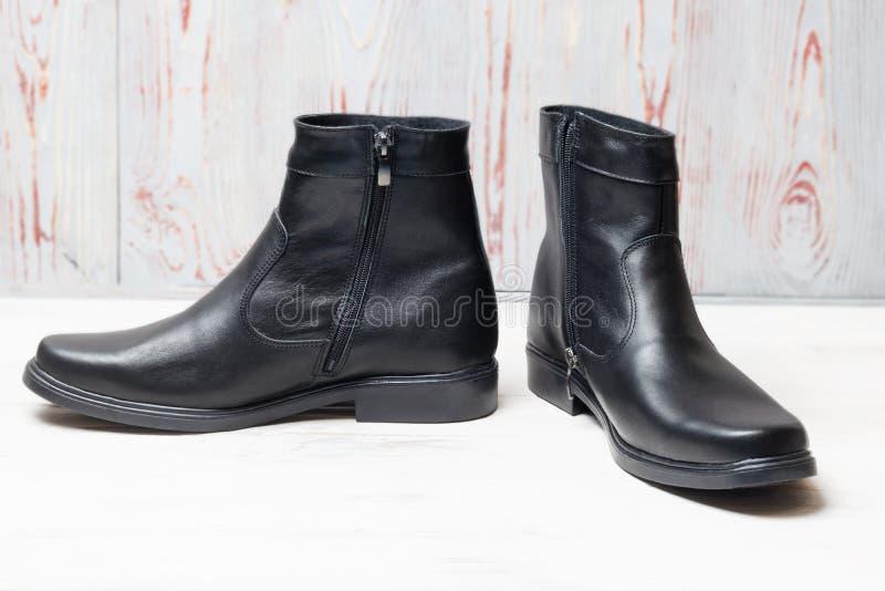 Concepto del zapato Botas de cuero del invierno de los hombres en negro tenga tono Primer foto de archivo libre de regalías