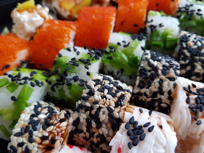 Concepto determinado fresco de la comida de los rollos de sushi fotos de archivo