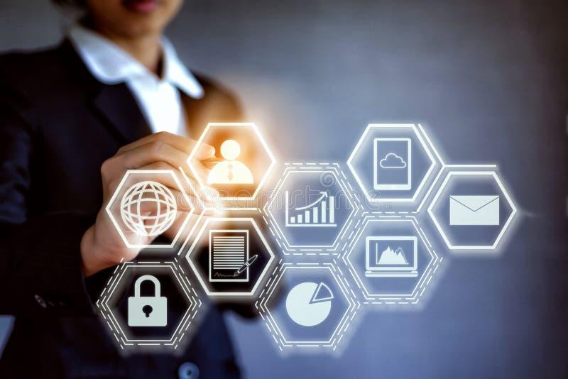 Concepto digital abstracto de negocio del blockchain de la tecnología Mano del negocio que sostiene una pluma que empuja con la c imagen de archivo libre de regalías