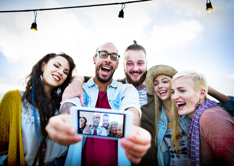 Concepto diverso de Selfie de la diversión de los amigos del verano de la playa de la gente fotos de archivo libres de regalías