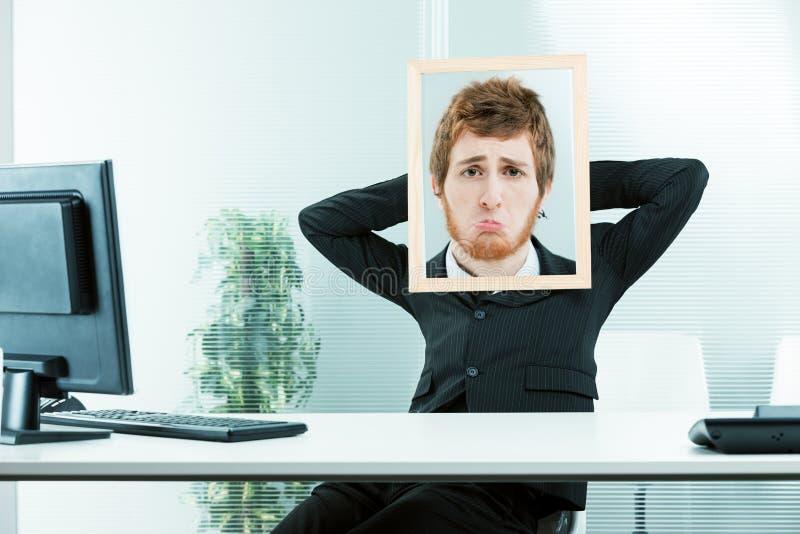 Concepto divertido de un oficinista triste fotos de archivo