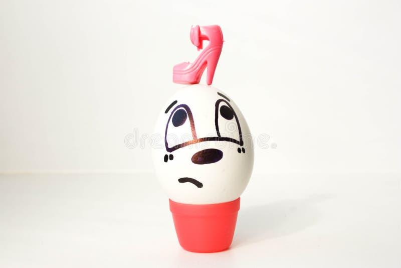 Concepto dominado por la mujer El huevo está triste con una cara pintada fotos de archivo