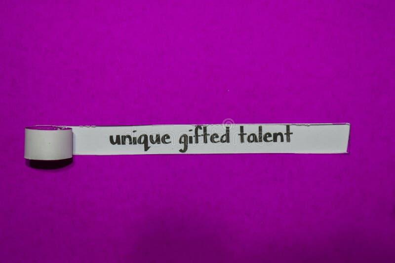 Concepto dotado único del talento, de la inspiración, de la motivación y del negocio en el papel rasgado púrpura fotografía de archivo