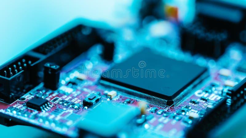 Concepto electrónico de la placa de circuito de la CPU de moderno y de alta tecnología con programación informática imagen de archivo