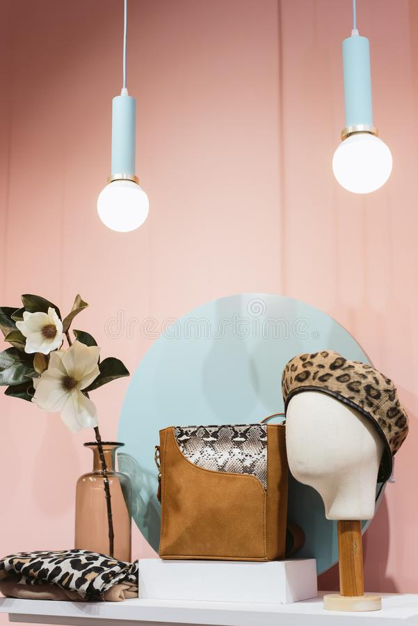 concepto elegante de boina, bolso, sombrero fotos de archivo