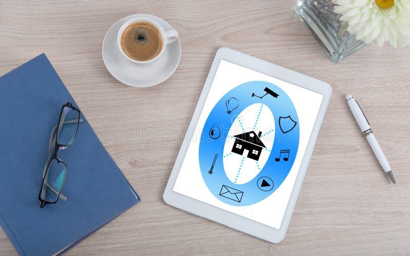 Concepto elegante de la automatización casera en una tableta digital fotos de archivo libres de regalías