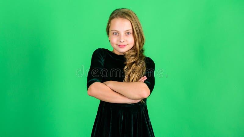 Concepto elegante de los peinados La niña lleva el vestido oscuro del terciopelo parece elegante y adorable Poco elegancia de la  imagen de archivo libre de regalías