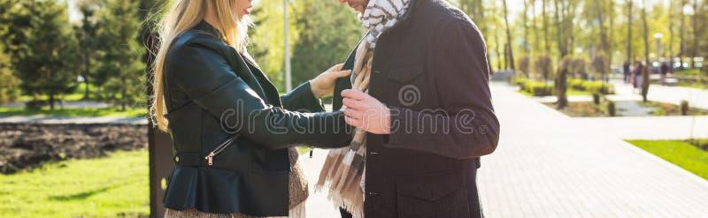 Concepto elegante del embarazo - primer del retrato de pares de los inconformistas marido y esposa en ropa de moda que caminan en imagen de archivo