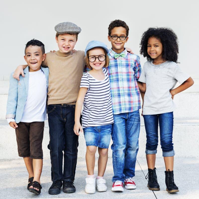 Concepto elemental del descendiente de la variación de la edad de los amigos del niño imagen de archivo libre de regalías