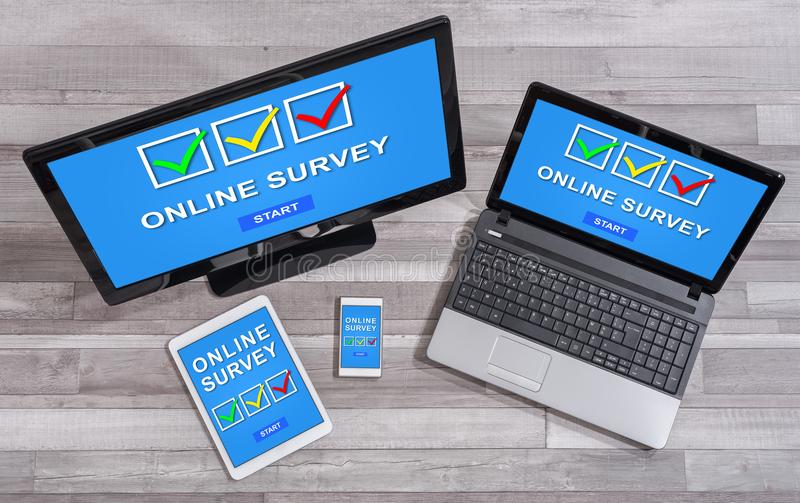 Concepto en línea de la encuesta en diversos dispositivos fotografía de archivo